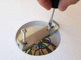 Fixalustre - Visser la barrette de fixation du lustre